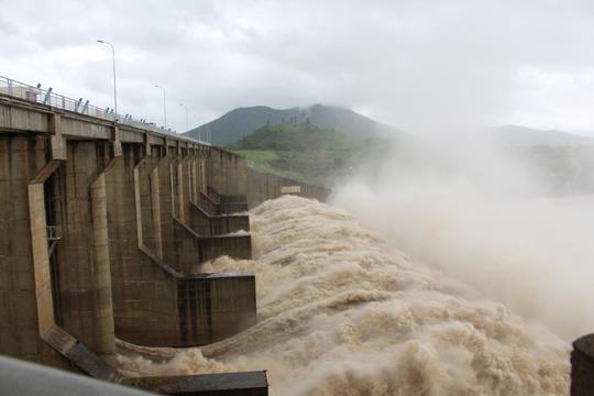 Thủy điện xả lũ lớn nhất 7 năm qua, Phú Yên ngập nặng - 9