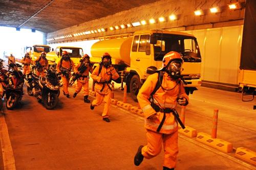 Đóng cửa hầm vượt sông Sài Gòn để diễn tập cứu nạn - 1