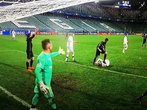 Video sự thật vụ Ronaldo giẫm lên người đối thủ - 1