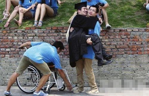 Chàng trai TQ bị bại não vẫn tốt nghiệp thạc sỹ - 3