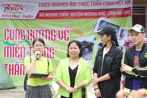 Sao Việt cùng Ẩm thực Trần tặng quà cho bà con vùng lũ - 1