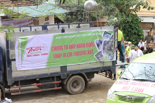Sao Việt cùng Ẩm thực Trần tặng quà cho bà con vùng lũ - 2
