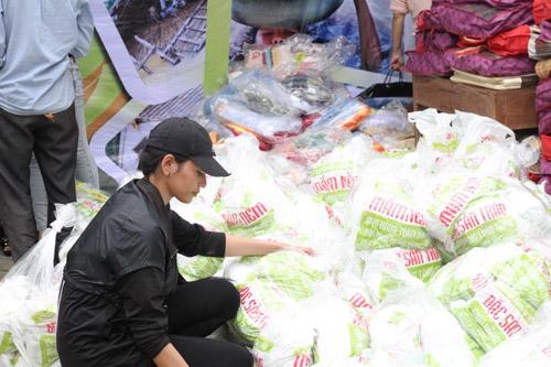 Sao Việt cùng Ẩm thực Trần tặng quà cho bà con vùng lũ - 3