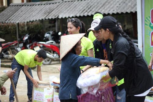 Sao Việt cùng Ẩm thực Trần tặng quà cho bà con vùng lũ - 4
