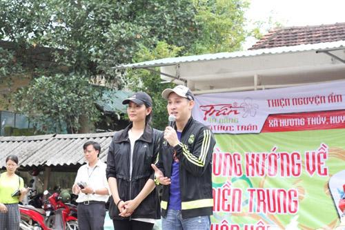 Sao Việt cùng Ẩm thực Trần tặng quà cho bà con vùng lũ - 5