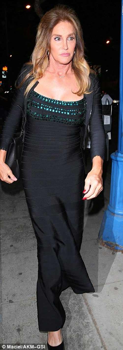 Kendall Jenner khoe ngực mini vẫn sexy với váy trễ nải - 10