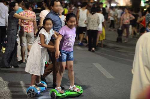 HN hạn chế du khách đi xe điện cân bằng ở phố đi bộ - 1
