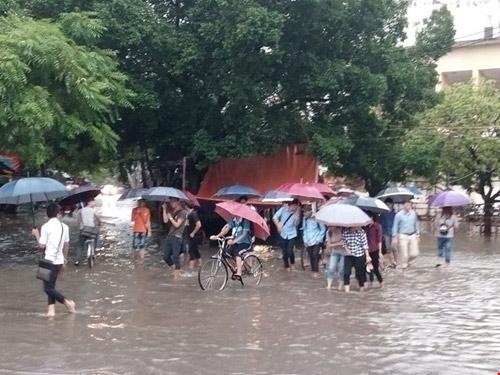 Cho học sinh nghỉ học đối với vùng bị lũ lụt - 1