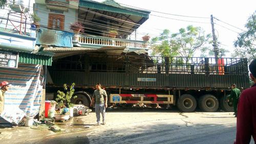 Ô tô tải lao vào nhà dân, 2 mẹ con tử vong tại chỗ - 1