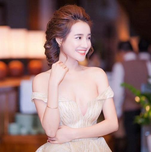 Nhã Phương phơi phới nét xuân với váy áo trễ nải - 2