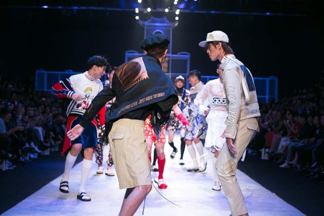 Người mẫu chạy toán loạn trên sàn diễn thời trang - 3