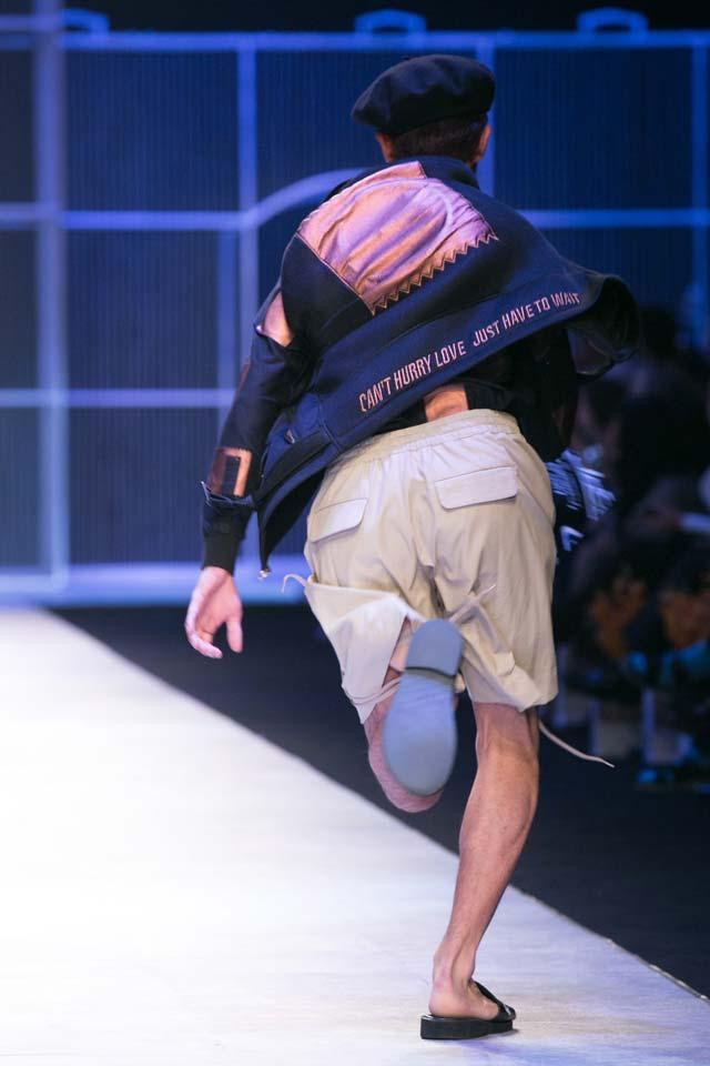 Người mẫu chạy toán loạn trên sàn diễn thời trang - 13