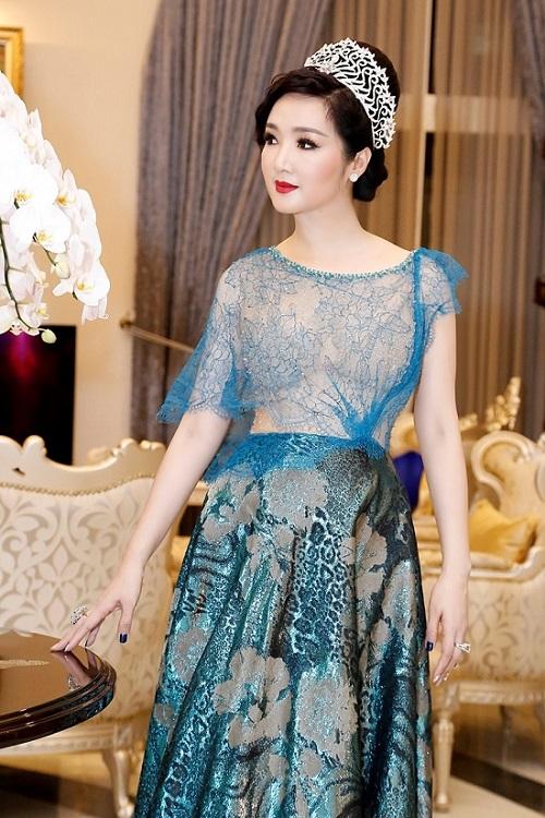HH Giáng My, Chi Pu diện váy voan mỏng tang phô ngực đầy - 2