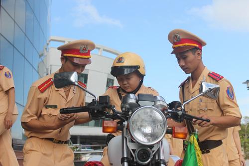 Chủ tịch Đà Nẵng viếng tang cậu bé ung thư mơ làm CSGT - 1