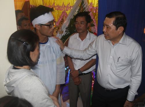 Chủ tịch Đà Nẵng viếng tang cậu bé ung thư mơ làm CSGT - 2