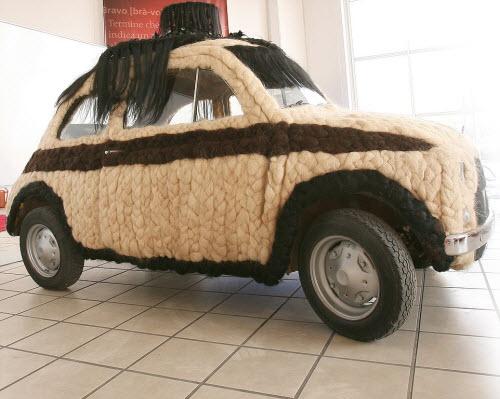Dùng 100kg tóc để trang điểm cho ô tô Fiat 500 cổ - 1