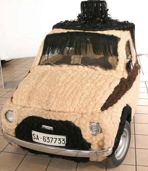 Dùng 100kg tóc để trang điểm cho ô tô Fiat 500 cổ - 2