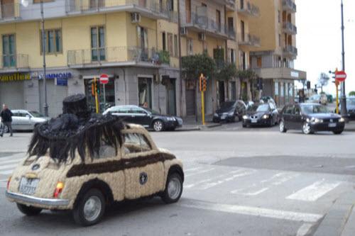 Dùng 100kg tóc để trang điểm cho ô tô Fiat 500 cổ - 5