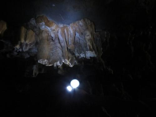 """Nhũ đá hang động ở Hạ Long bị """"chảy máu"""" nghiêm trọng - 3"""