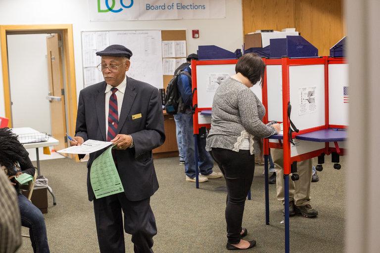 Vì sao người Mỹ năm nay rầm rộ đi bầu cử sớm? - 2
