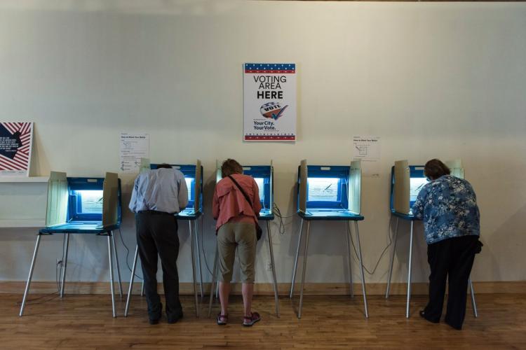 Vì sao người Mỹ năm nay rầm rộ đi bầu cử sớm? - 3