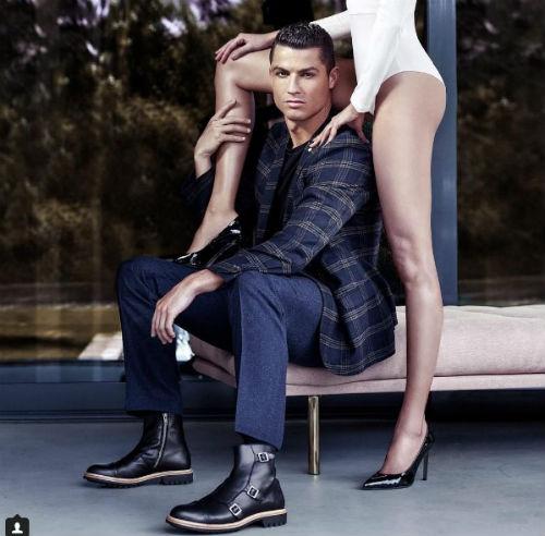 Ronaldo lại khoe ảnh ngực trần, mơ màng bên khóm hoa - 3