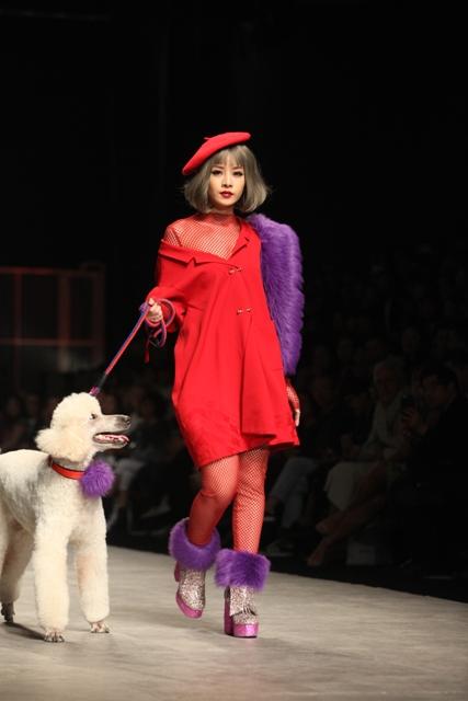 Chi Pu hờ hững vai trần dắt chó 1000 USD lên sàn catwalk - 3