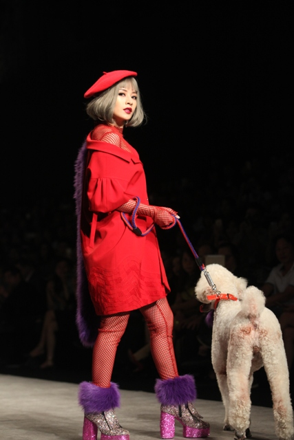 Chi Pu hờ hững vai trần dắt chó 1000 USD lên sàn catwalk - 4