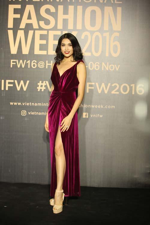 Dàn hoa, á hậu kiêu sa trên thảm đỏ Vietnam International Fashion Week - 1