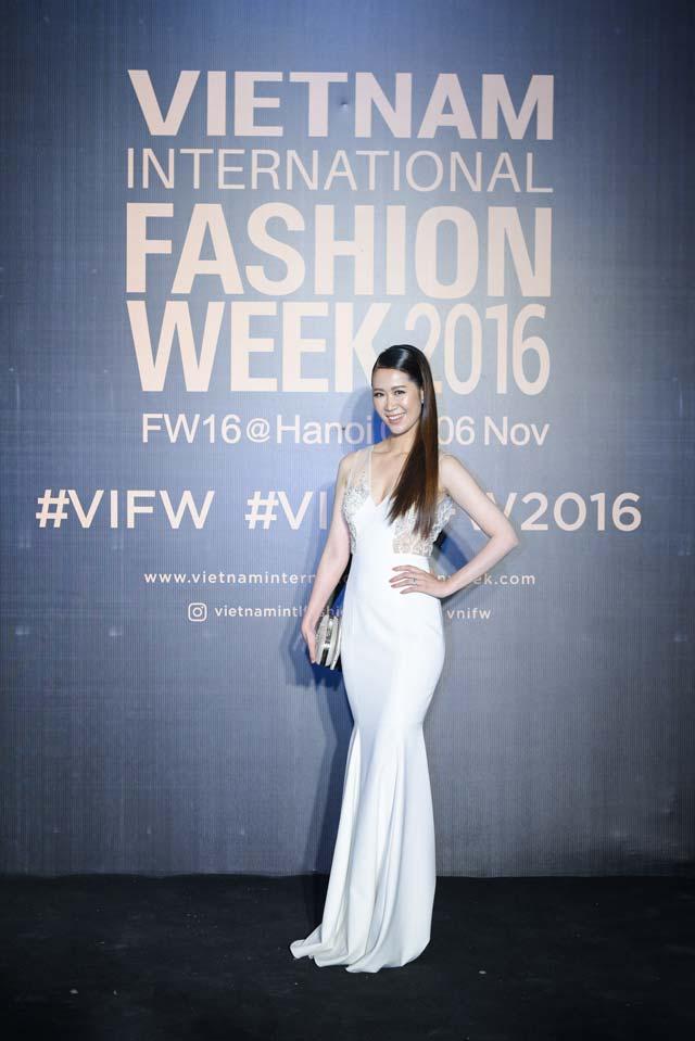 Dàn hoa, á hậu kiêu sa trên thảm đỏ Vietnam International Fashion Week - 6