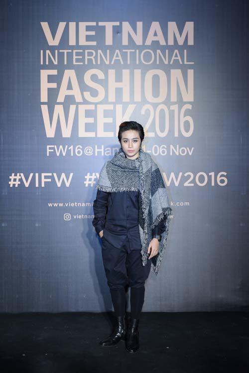 Dàn hoa, á hậu kiêu sa trên thảm đỏ Vietnam International Fashion Week - 5