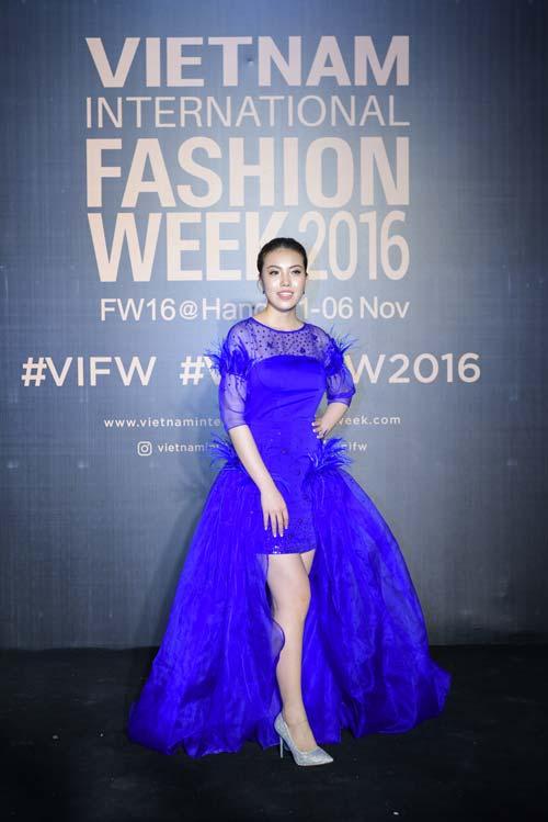 Dàn hoa, á hậu kiêu sa trên thảm đỏ Vietnam International Fashion Week - 4