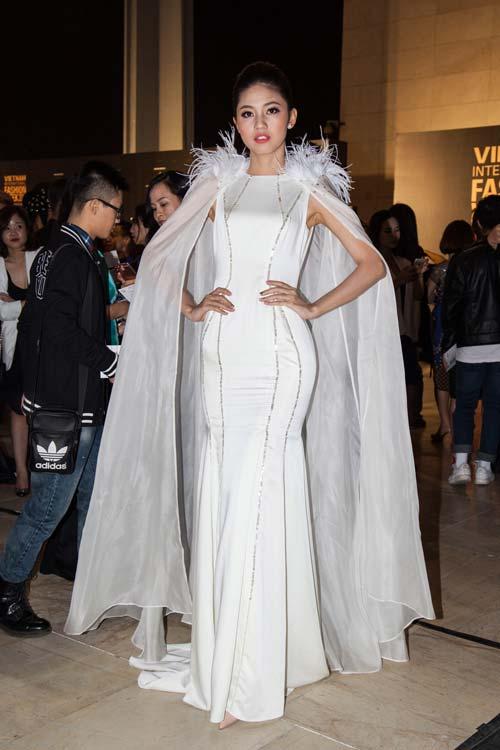 Dàn hoa, á hậu kiêu sa trên thảm đỏ Vietnam International Fashion Week - 3