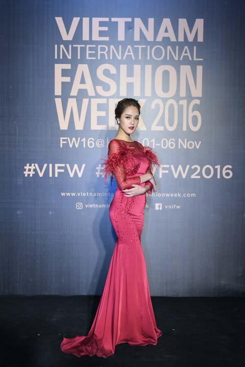 Dàn hoa, á hậu kiêu sa trên thảm đỏ Vietnam International Fashion Week - 2