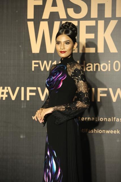 Dàn hoa, á hậu kiêu sa trên thảm đỏ Vietnam International Fashion Week - 8