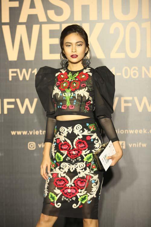 Dàn hoa, á hậu kiêu sa trên thảm đỏ Vietnam International Fashion Week - 9