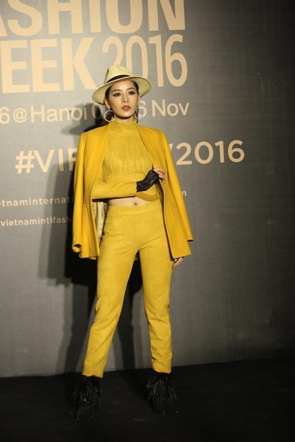 Dàn hoa, á hậu kiêu sa trên thảm đỏ Vietnam International Fashion Week - 12