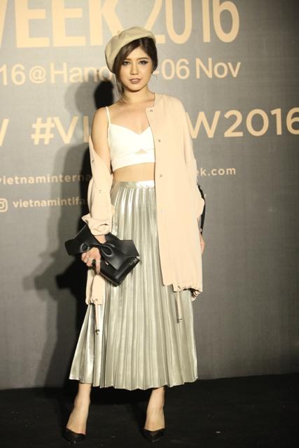 Dàn hoa, á hậu kiêu sa trên thảm đỏ Vietnam International Fashion Week - 14