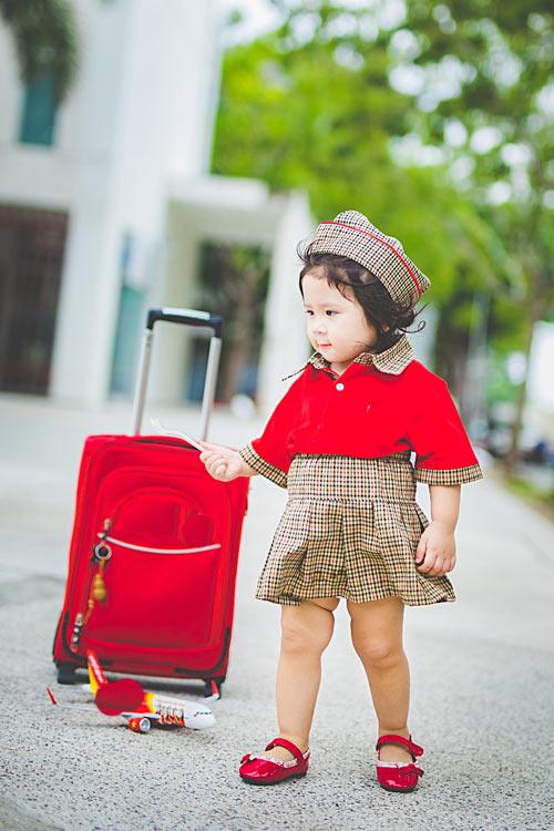 Bé gái bụ bẫm hóa tiếp viên hàng không nhí siêu đáng yêu - 1