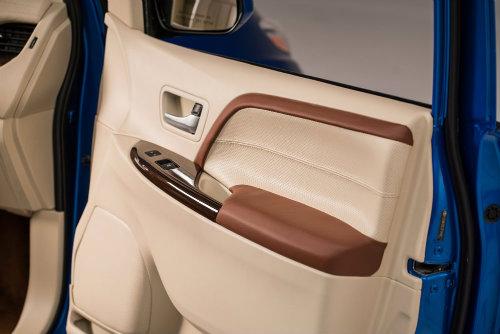 Toyota Sienna minivan độ bánh vàng sang như chuyên cơ - 6