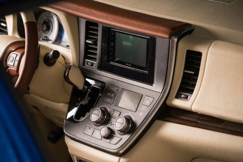 Toyota Sienna minivan độ bánh vàng sang như chuyên cơ - 5