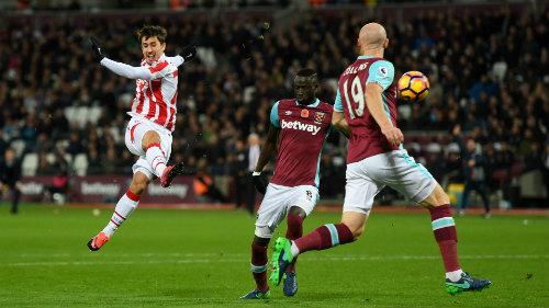 West Ham - Stoke City: Thoát hiểm nhờ phương án 2 - 1