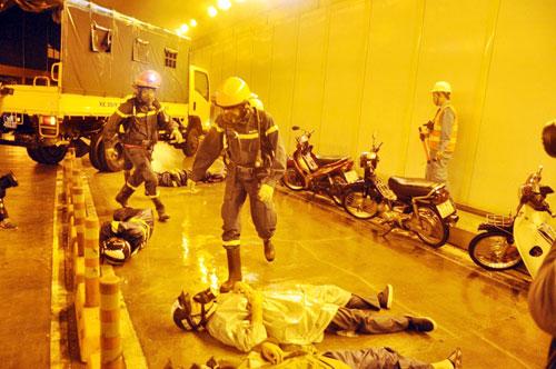 Diễn tập cứu 30 người mắc kẹt trong hầm vượt sông SG - 5