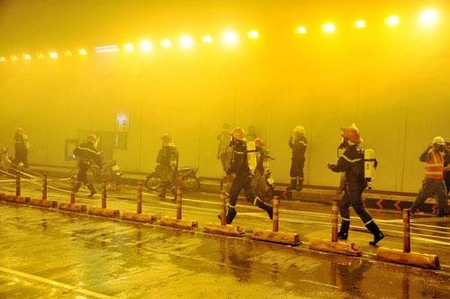 Diễn tập cứu 30 người mắc kẹt trong hầm vượt sông SG - 4