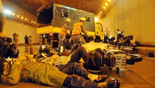 Diễn tập cứu 30 người mắc kẹt trong hầm vượt sông SG - 2