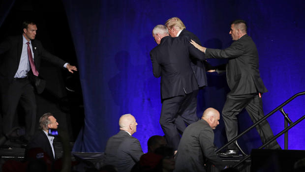 Mật vụ bất ngờ bám vai, đẩy Donald Trump khỏi sân khấu - 1