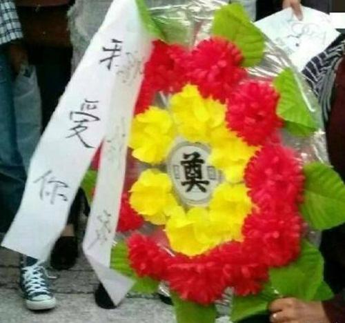 Bi kịch của chàng trai lấy hoa tang lễ cầu hôn - 2