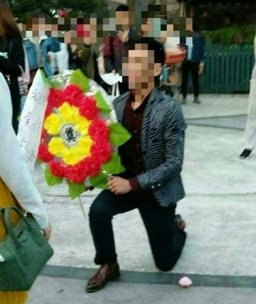 Bi kịch của chàng trai lấy hoa tang lễ cầu hôn - 3