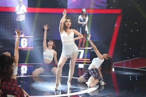 """Tóc Tiên """"gục ngã"""" trên sân khấu vì nữ DJ bốc lửa - 3"""