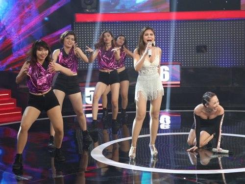 """Tóc Tiên """"gục ngã"""" trên sân khấu vì nữ DJ bốc lửa - 4"""